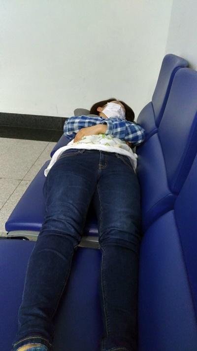 空港のベンチで寝る