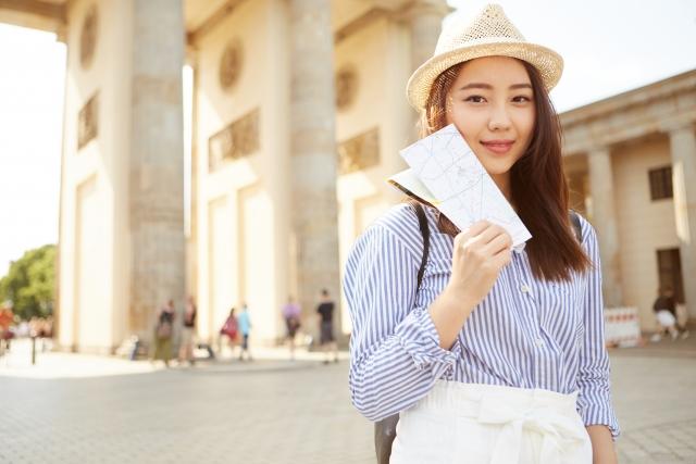 パスポートを持っている女性